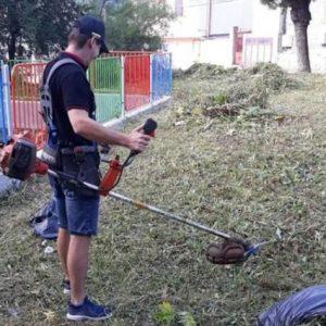 Доброволци от ВМРО се включват в косенето на тревни площи в Шумен
