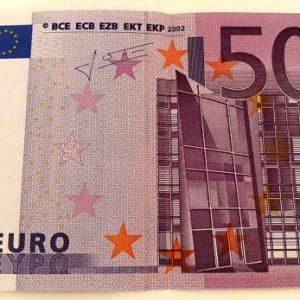 Задържаха двама, обменили фалшиви банкноти от 500 евро в шуменско чейнч бюро