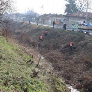 Изхвърлени хладилници и шкафове извадиха от река Крива край Нови пазар