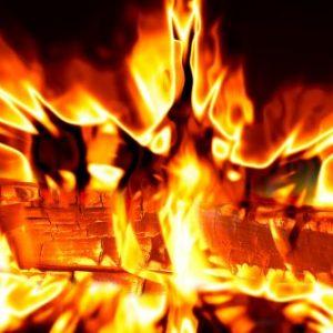 Кола пламна заради техническа неизправност, горя комин във Велики Преслав