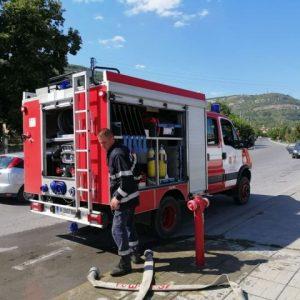 Къща горя в Ивански, късо съединение подпали кола