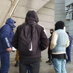"""Полиция свали трима шуменци, покатерили се върху Паметник """"Създатели на българската държава"""""""