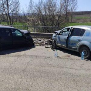 Челен удар на две коли край Струйно, движението е затруднено