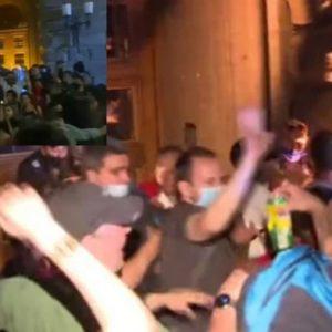 Бомбички и бутилки полетяха към полицаите, счупиха прозорци на бившия Партиен дом в столицата