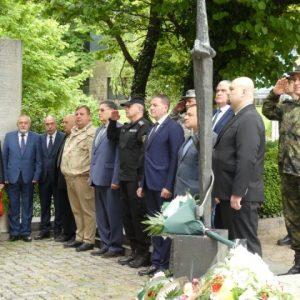 На 2-ри юни: Военият министър поднесе цветя пред Паметника на загиналите във войните шуменци